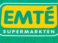 Mannen stelen lege bierkratten bij supermarkt in Hengelo