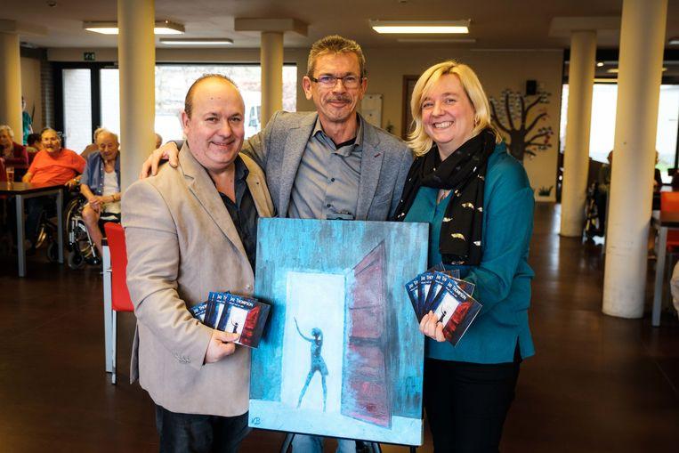 Jay Thompson (links), samen met  zijn echtgenote Nelly Vander Beeken, die het schilderij voor de hoes heeft gemaakt, en  producer Roy Anders (midden).