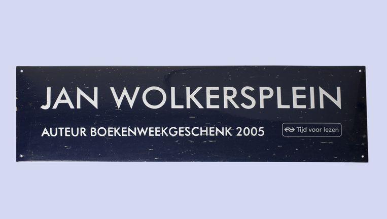 Straatnamenbord voor het Spui in Amsterdam tijdens de Boekenweek 2005. Beeld Annabel Miedema
