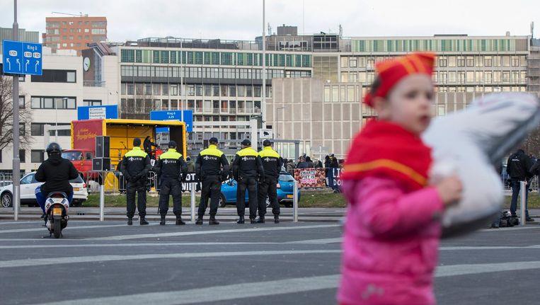 Politie en demonstranten van Kick Out Zwarte Piet vorig jaar, tijdens een Sinterklaasfeest in Ahoy. Beeld anp