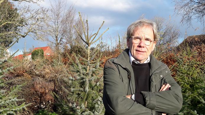 Henk verkoopt dit jaar geen bomen, het is best veel werk en ze zijn te groot geworden.