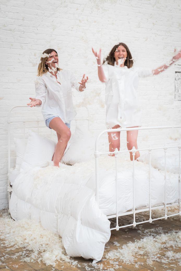Wit, 100% katoenen kussen (op bed),89 euro, marie-marie.com.
