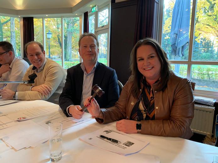 Chris van Roon overhandigt de voorzittershamer van NVM Zuidoost-Brabant aan Debbie Mels.