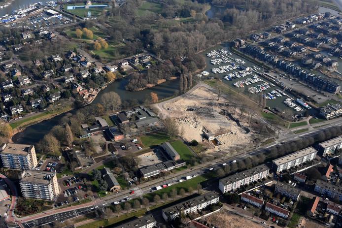 Het ongebruikte terrein aan de Noordendijk in Dordrecht wordt tijdelijk omgedoopt tot speeltuin en bloemenweide.