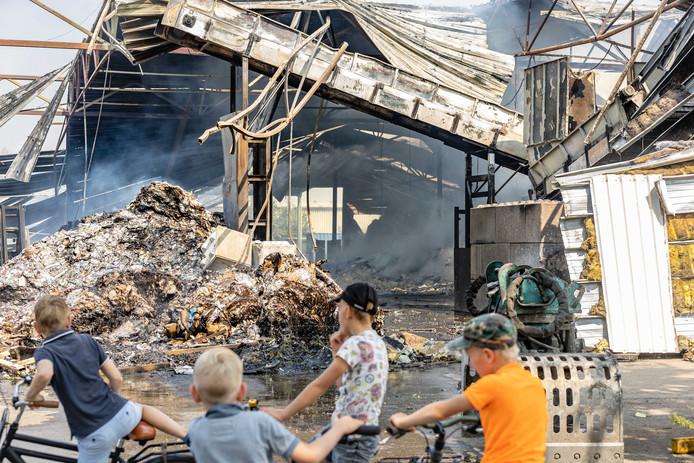 De brand trekt donderdagmorgen veel inwoners naar het terrein van de papierrecycling. Half Staphorst heeft meegekregen dat er 'iets' aan de hand was, niet in de laatste plaats door de sirenes van de hulpdiensten die massaal naar Staphorst zijn gereden.