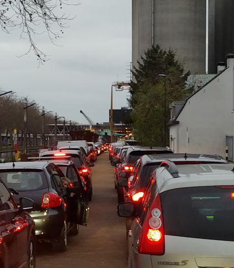 Meer dan twee uur in de rij om naar Sint te zwaaien in Veghelse drive-thru