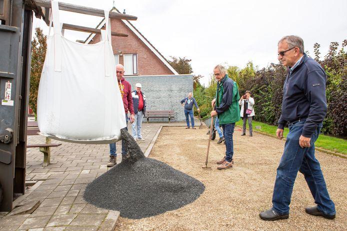 Lepelstraat 26-09-2020 - Foto: Pix4profs/Iman Fase. Opknappen jeu de boulesbaan tijdens burendag in Lepelstraat.