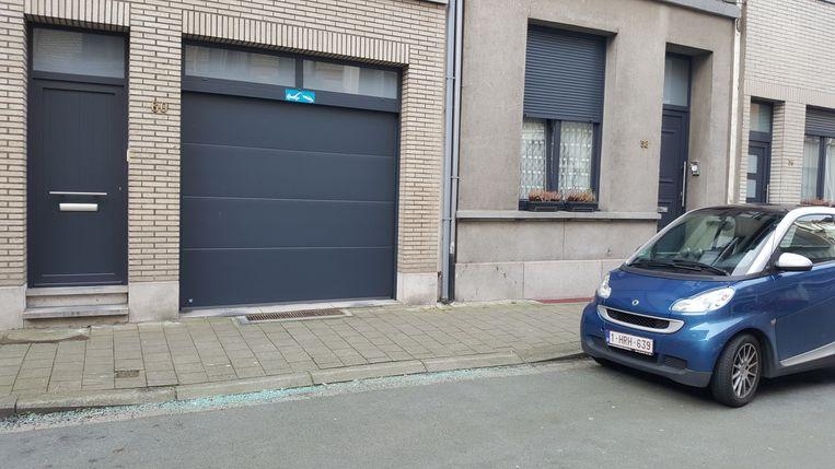 Voor deze garagepoort in de August Sniedersstraat werd vannacht een auto in brand gestoken.