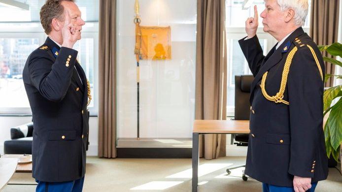 Fred Westerbeke (links) is vanmiddag beëdigd door aankomend korpschef Henk van Essen.