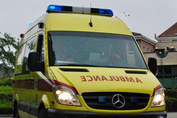Een ambulance brengt de gewonde over naar het ziekenhuis