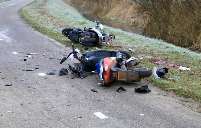 De twee scooters botsten hard in Beek en Donk.