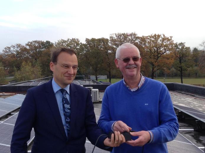 Wethouder Fons Potters zette samen met Ton van der Vossen van VET-Vught de zonnecentrale in werking.