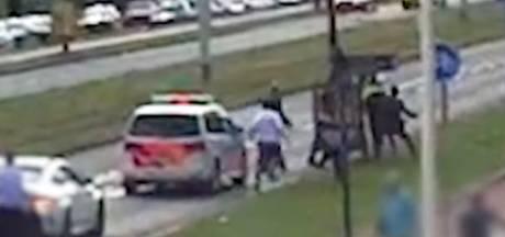 Nieuwe beelden van 'laffe droeftoeter' die agent knock-out slaat tijdens trouwstoet