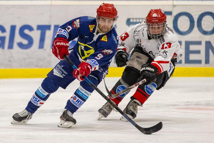 Branden Eden uit Canada (hier links op archiefbeeld) in actie voor Nijmegen Devils. De ijshockeyformatie legt met de Fin Henri Sandvik nog een importspeler vast.