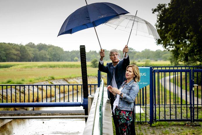 Minister Cora van Nieuwenhuizen van Infrastructuur en Waterstaat en dijkgraaf Hein Pieper van Waterschap Rijn en IJssel tijdens een bezoek aan de stuw Pallandtbrug in Heelweg, vorig jaar.
