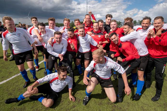 De spelers van Excelsior Zetten vieren feest na de 2-4 overwinning op Quick 1888.
