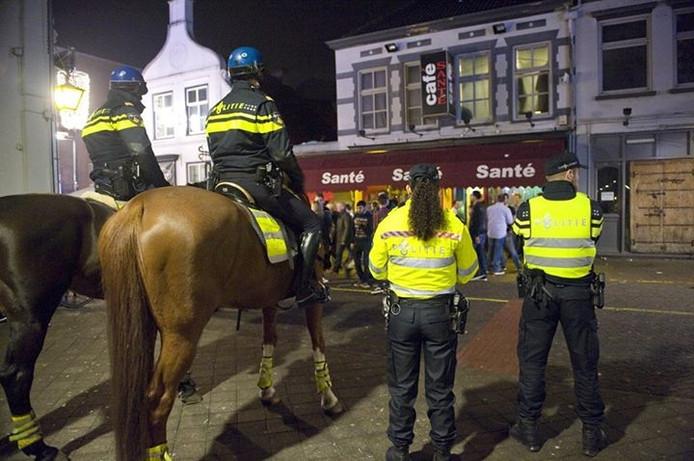 Politie te paard in het centrum van Eindhoven.