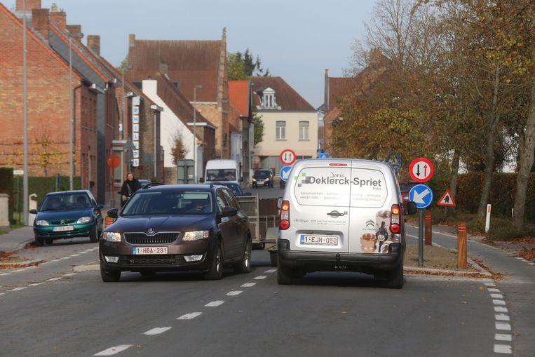 De wegversmalling in de Ruiselsestraat in het centrum van Loppem.