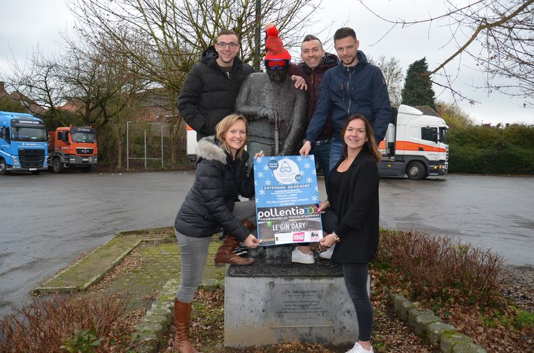 De vrienden van 'Straffen Toebak' bij het beeld van de tabaksplanter op het dorpsplein van Appelterre .