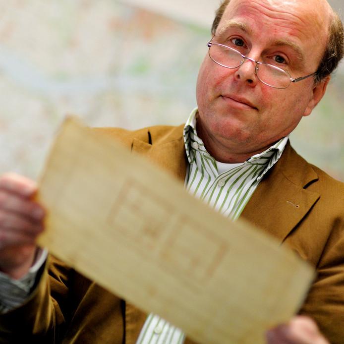 Joss Hopstaken in 2010, toen archivaris Roosendaal, nu werkzaam voor het West-Brabants Archief.  Hij is een van de schrijvers van het boek 'In een plaats genaamd Roosendaal', dat naar aanleiding van het 750-jarig bestaan wordt uitgegeven.