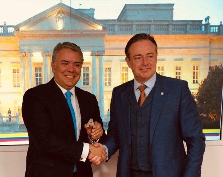 Met president Iván Duque had De Wever een gezellig onderonsje.