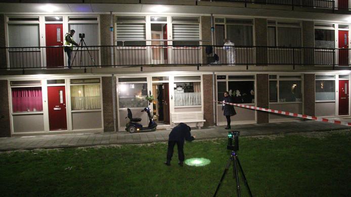 Nachtelijk onderzoek aan de Fresiastraat nadat daar een kindje van 1 jaar van de galerij was gegooid.
