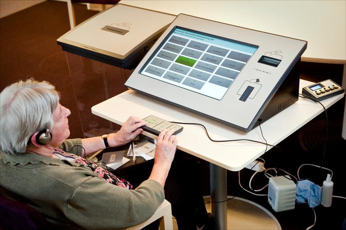 In 2010 volgde deze blinde vrouw een demonstratie op  een stemcomputer voor blinden en slechtzienden. De machine werd tijdens de verkiezingen voor de Tweede Kamer gebruikt in het stemlokaal van Het Schild, een centrum voor blinden en slechtzienden in Wolfheze.
