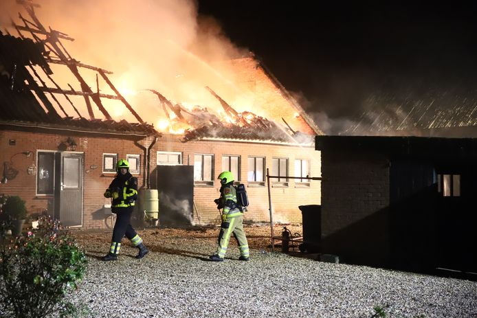 De brandweer bij de brandende woonboerderij in Acquoy.
