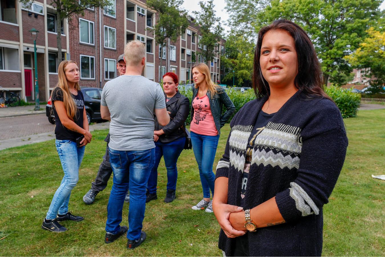 Nikki een van de gedupeerden van de woningverhuur. Op de achtergrond een aantal anderen die opgelicht zijn.