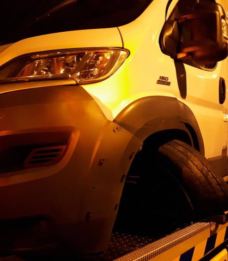 Vrachtwagen verliest twee wielen op A2 bij Vught, busje rijdt eroverheen