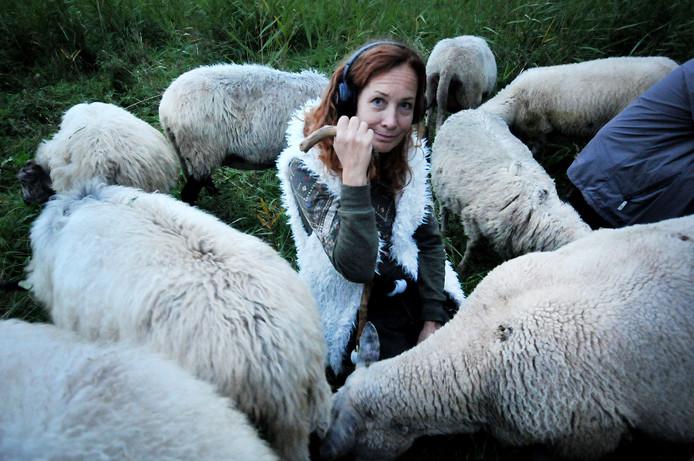 Mensen zijn net kuddedieren, vindt theatermaakster Heleen van Dooremalen.