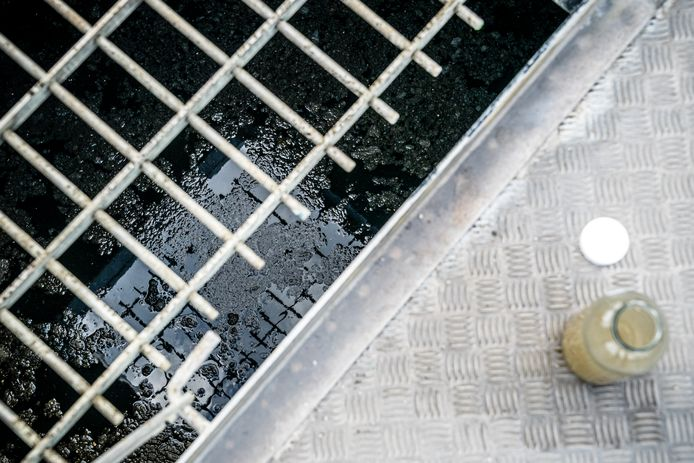 Elke week wordt het rioolwater onderzocht op corona. In Glanerbrug zitten er momenteel veel virusdeeltjes in het water. Maar wat zegt dat?