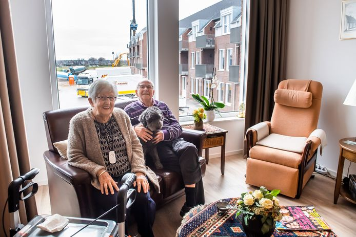 Echtpaar Cor en Jo Verschuren- van Hal, met huishond Lady van het Bastion. Cor (90) is een echte faant: 'Wie had gedacht dat ik ooit in Geertruidenberg zou wonen!'