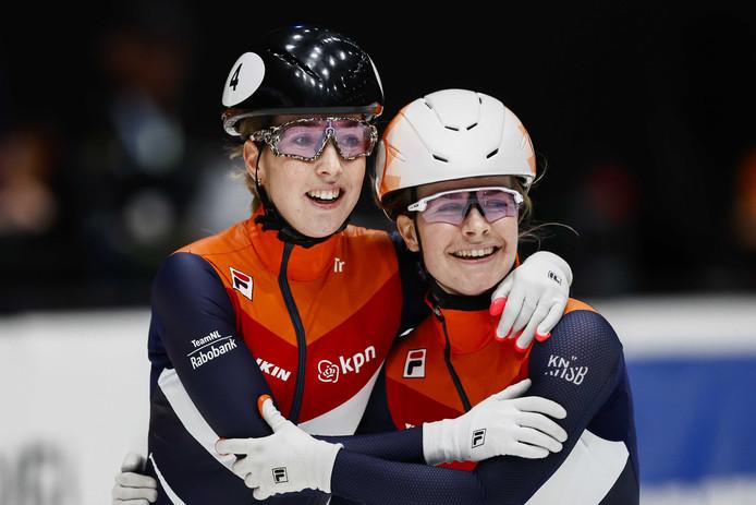 Lara van Ruijven krijgt de felicitaties van Yara van Kerkhof na het winnen de finale op de 500 meter tijdens de ISU World Cup Finale Shorttrack.