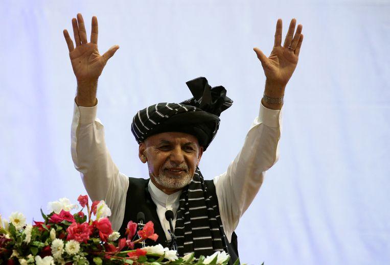 Zittend president Ashraf Ghani tijdens een recente verkiezingsmanifestatie in de Afghaanse hoofdstad Kaboel. Beeld REUTERS