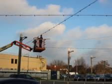 Kabels spannen voor kerstverlichting op CHV Noordkade