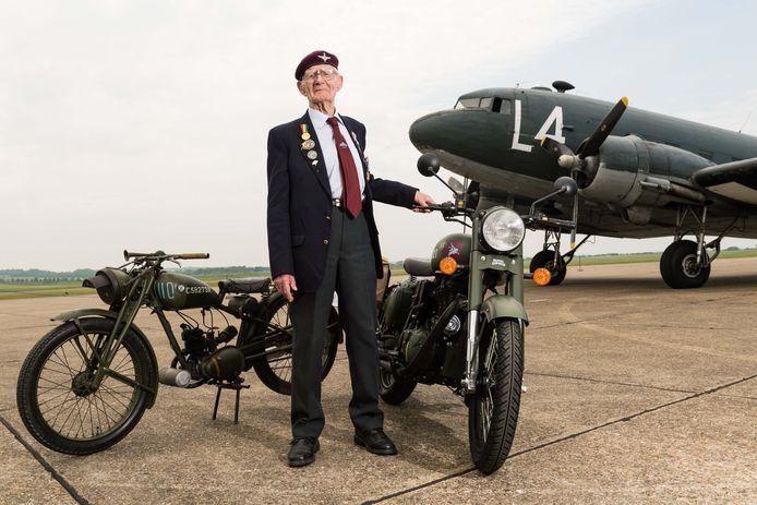 De Britse oorlogsveteraan Fred Glover toont de  'Royal Enfield Flying Flea' (links) en de  'Classic 500 Pegasus' motorcycle' (rechts op de voorgrond) bij het Imperial War Museum in Duxford. De 'Flying Flea' draagt de groene kleur die ook terugkeert op het exemplaar van Airborne Museum Hartenstein in Oosterbeek.