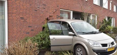 Auto rijdt huis van Brabants stel binnen: 'Mijn moeder viel uit de stoel'