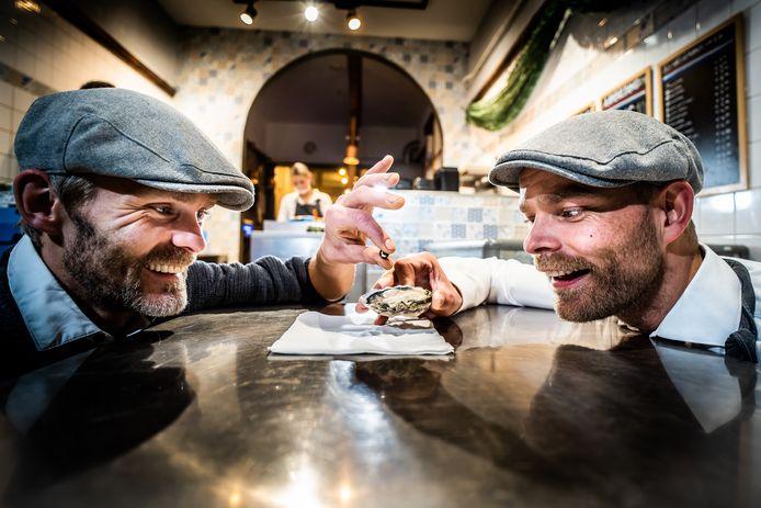 De visbroertjes in Arnhem verstoppen een parel in oester diegene die de parel vind krijgt een sieraad. Arnhem
