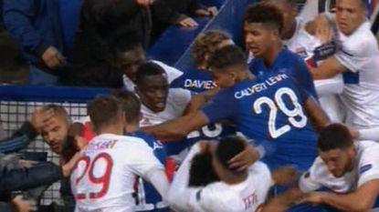 """Agressieve Everton-fan met kind op de arm reageert: """"Beschaamd voor wat ik gedaan heb"""""""