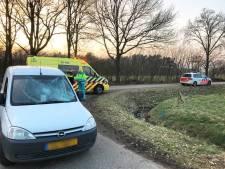 Bestelbus schept fietser in Beuningen, slachtoffer naar ziekenhuis