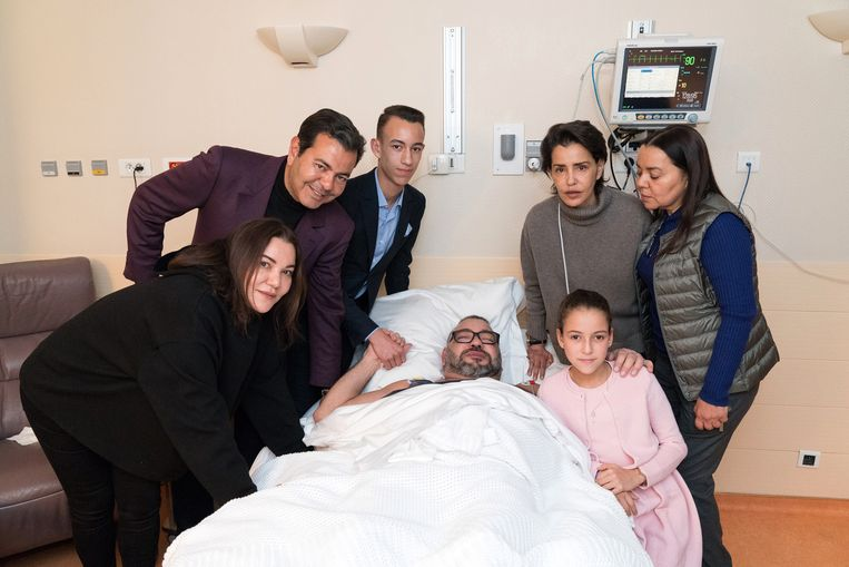 Koning Mohammed VI op 26 februari in de Ambroise Pare kliniek in de Parijse voorstad Neuilly-sur-Seine, omringd door (vlnr): zijn zus prinses Lalla Hasnaa, broer prins Moulay Rachid, kroonprins Moulay Hassan, zus prinses Lalla Meryem, zus prinses Lalla Asmaa en zijn dochter prinses Lalla Khadija.
