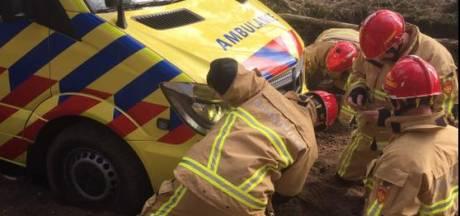 Ambulancepersoneel heeft zelf hulp nodig in Hellendoorn