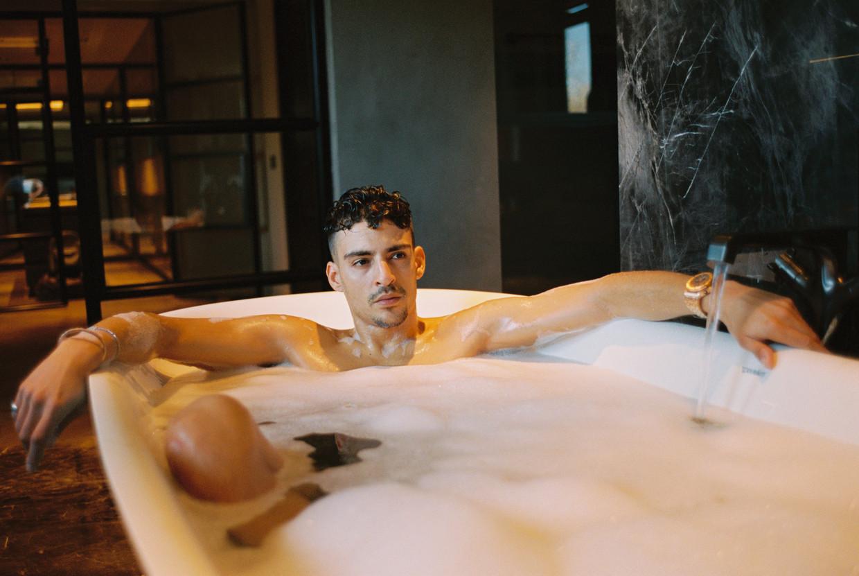 Sofiane Boussaadia, zoals rapper Boef eigenlijk heet, woont met twee vrienden in een villa in Almere.
