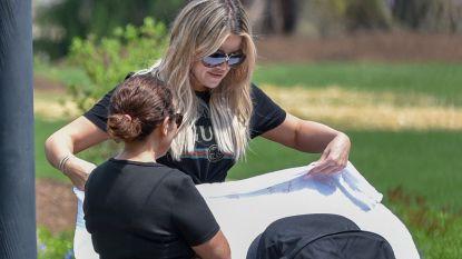 Khloé Kardashian voor het eerst met dochtertje True gespot