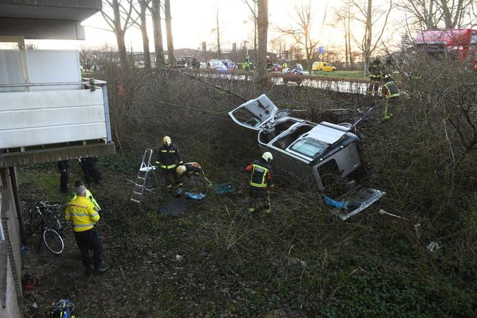 De auto raakte een boom en belandde toen op zijn zij op het talud.