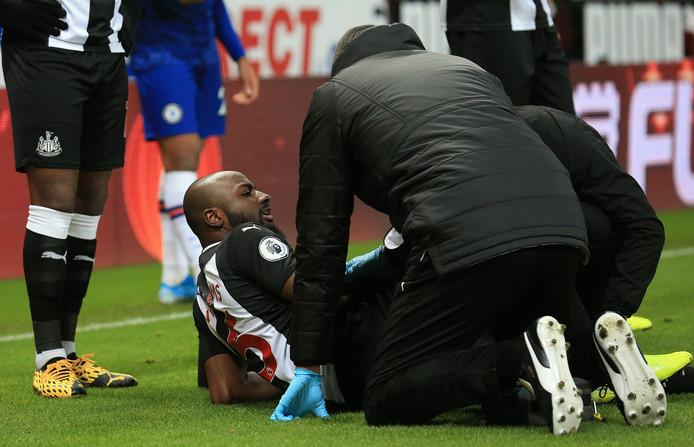 Jetro Willems wordt behandeld nadat hij tegen Chelsea  geblesseerd geraakt is.