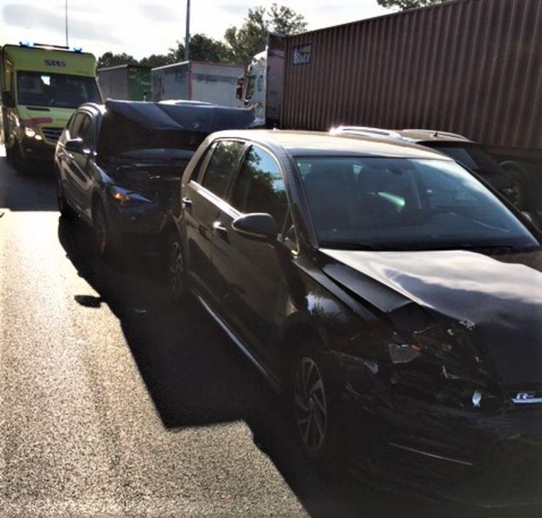 Bij het ongeval raakten twee personen gewond