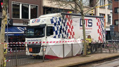 Voetganger (93) komt onder vrachtwagen terecht in Mortsel: slachtoffer overleden