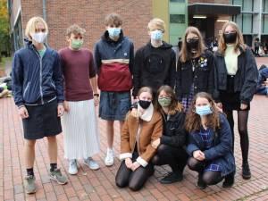 Jongens en directeur trekken rokje aan op school om vuist te maken tegen seksisme